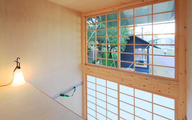 【画像2】木の温もりを感じる内装は、ロフト付きで縦の空間を活かした造り。和の落ち着きを感じる障子仕様の扉と窓も魅力(画像提供:無印良品)