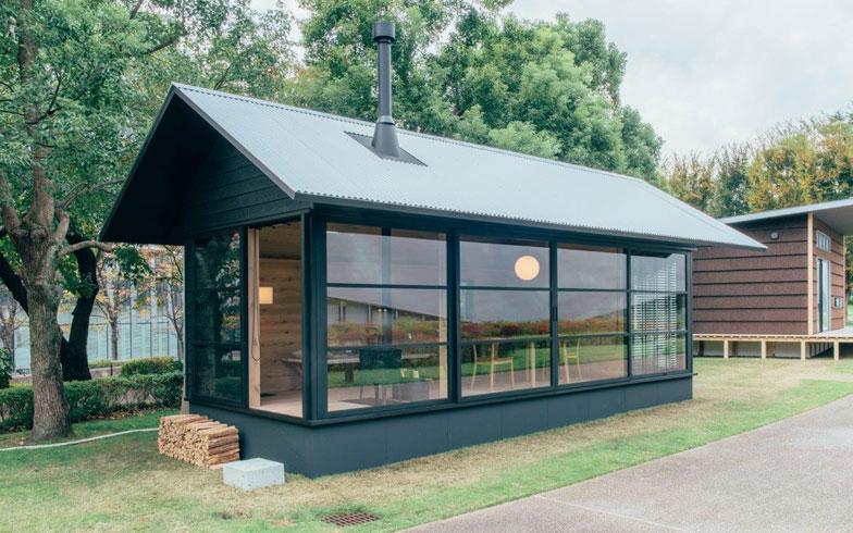 【画像3】深澤直人氏のデザインによる「木の小屋」。2人で利用することを想定した25平方メートルの開放的な造りが特長。外壁には黒塗りの杉材とトタン屋根を採用している(画像提供:無印良品)