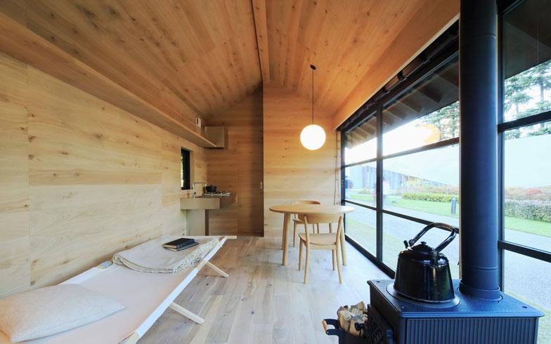 【画像4】内装には美しい木目が魅力のタモ材を採用。全面に木材を使用しているため、木に包まれたような温もりを感じる(画像提供:無印良品)