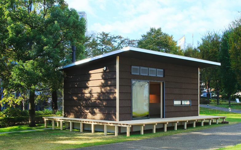【画像5】ジャスパー・モリソン氏のデザインによる「コルクの小屋」。3つのなかでは最も広い35平方メートルの小屋。家の外と中をゆるくつなぐ縁側も設置されている。また、外壁には安心できる強度をもつポルトガル産のコルクを使用(画像提供:無印良品)