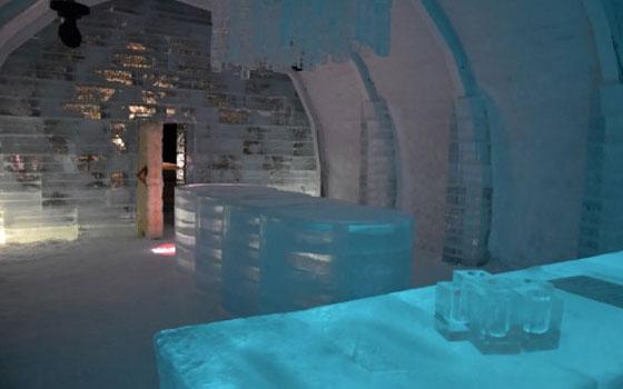 【画像1】1本135kgの原氷を積み上げてつくるアイスホテル。写真はアイスバーが営業されているレセプション棟の中(画像提供:アイスヒルズホテル in 当別 実行委員会)