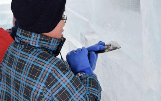 【画像5】地元の小学校4年生〜中学生がキッズビルダーとして製作に参加。子どもたちは、自分たちにとっては珍しくない「雪」が、観光資源にもなることをアイスホテルづくりを通して体感する(画像提供:アイスヒルズホテル in 当別 実行委員会)