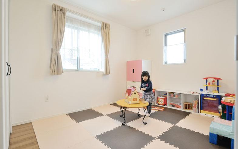 【画像4】子ども部屋/おもちゃはすべて2階の子ども部屋に集め、ここで使うのがNさん宅のルール。遊びたいときは母と一緒に階段を上がって移動してくる。自分のモノは自分で管理する意識が芽生えたそうだ(写真撮影/柴田ひろあき)