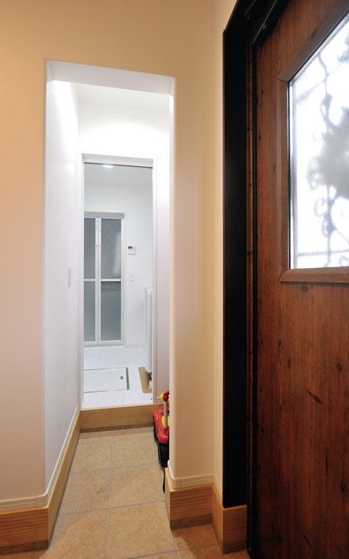 【画像8】土間収納/夫の趣味は野球。野球道具などを置くほか、泥んこになって帰宅したときは玄関からここを通って浴室へ直行することもできる。「いずれ長男もそうなるかもしれません」と妻(写真撮影/柴田ひろあき)