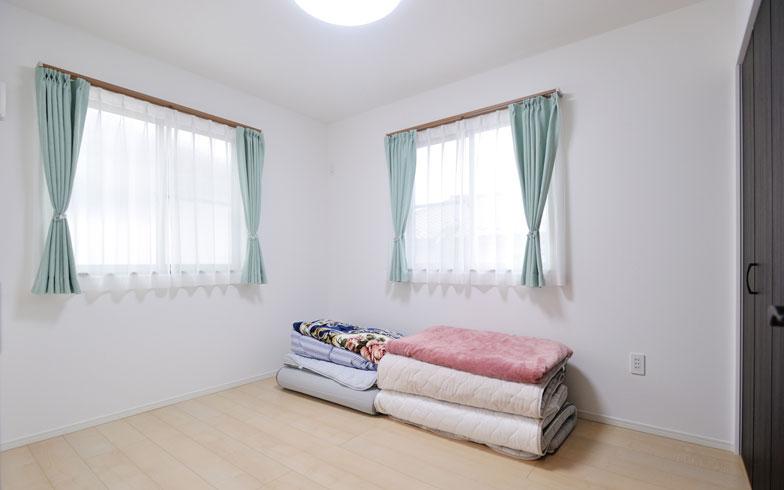 【画像9】寝室/寝るときは家族全員で一緒に眠るという夫の考えでここを寝室にした。左の窓は東向きで朝日が入り、気持ち良く目覚めることができる。家具がまったくなく、万が一の地震の際も家具転倒の危険がない(写真撮影/柴田ひろあき)