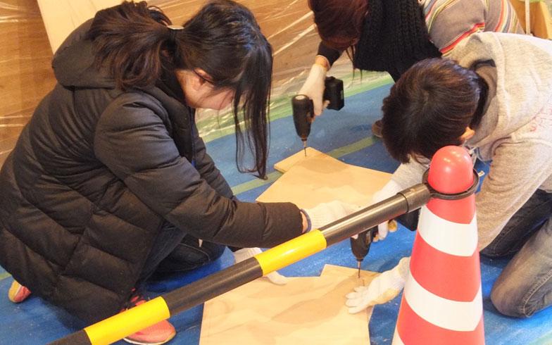 【画像3】Aタイプの一室をカスタマイズするワークショップには9名が参加。カスタマイズウォールの塗装や足場板の貼り付け、シェルフの組立から100均雑貨を使ったプチDIYと盛りだくさんの内容(画像提供/大阪市住まい公社)