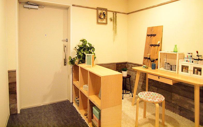 【画像4】ワークショップで完成したモデルルーム。土間スペースをシェルフで区切り、プライベートな空間を創出。白地に木目調の壁の雰囲気が温もりを感じさせる、女性らしいテイストの部屋に(画像提供/大阪市住まい公社)