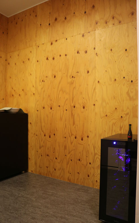 【画像6】現在ワインセラーが置いてある、玄関とキッチンの間のスペースは今後DIYでカスタマイズ予定。プチ居酒屋スペースとして、友人たちのキープボトルが並ぶ日も近いかも(撮影/島田美那子)