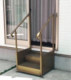 【画像4】日本の住宅、表だけでなく裏にも段差! 手すり付きステップ台で解消(写真提供:パナソニック)
