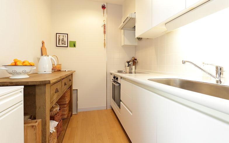 【画像6】キッチンの作業スペースに置く物は最小限にして、さっと料理しやすい状態にしています(写真:飯田照明)