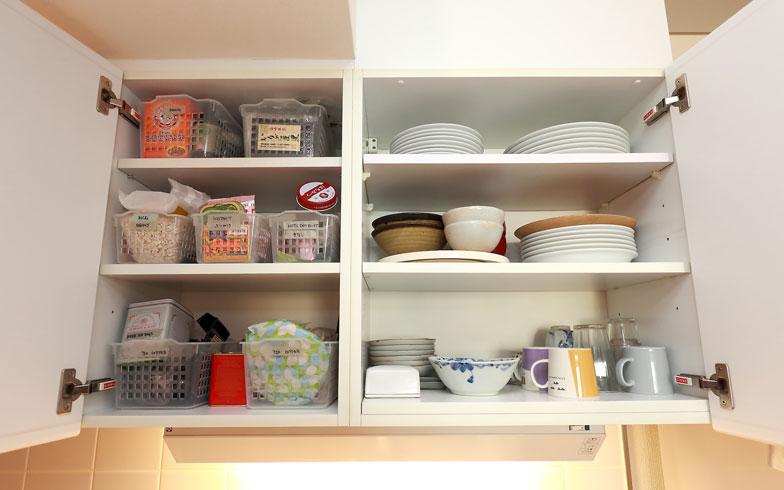 【画像7】2人家族の普段使いの食器は、つり戸棚の右側に収納できる分だけと決めています(写真:飯田照明)