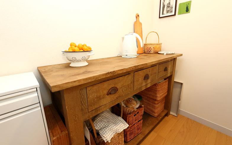【画像8】自然な風合いが魅力の木のテーブルはサブ作業台として活用(写真:飯田照明)