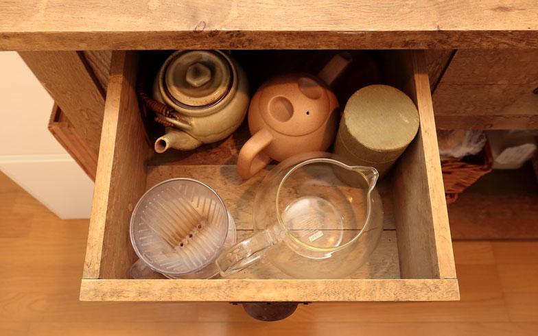 【画像9】お茶道具はポットの近くに収納するというように、使う場所の側に収納するのが鉄則です(写真:飯田照明)