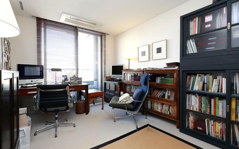 【画像10】タニアさんの仕事部屋。書籍はこの本棚に入る分だけと決めて、増えたら処分するようにしています(写真:飯田照明)