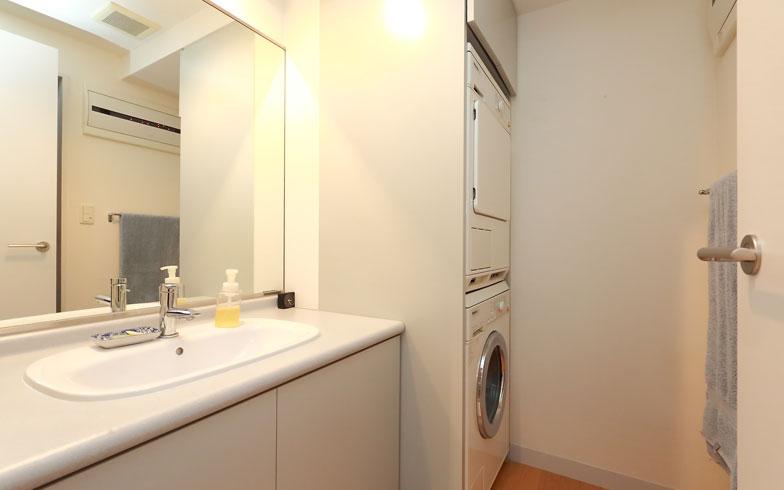 【画像12】洗面脱衣室は置いてある物が本当に少なく、スッキリ清潔に使えます(写真:飯田照明)