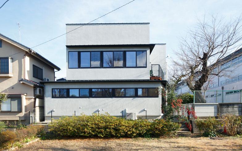 【画像1】2015年12月、リノベーションを行った「世田谷桜丘の家」。白い箱を重ねたような外観が印象的だ(写真:リビタ)