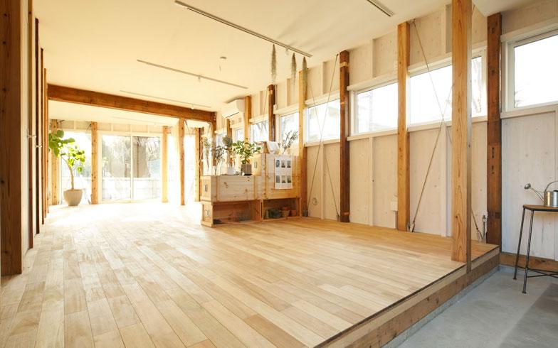 【画像6】1階の玄関土間を介して。部屋は区切らず一室空間としている。住まい手が、希望によって2部屋、3部屋をつくるコストを含むプランも用意している(写真:リビタ)