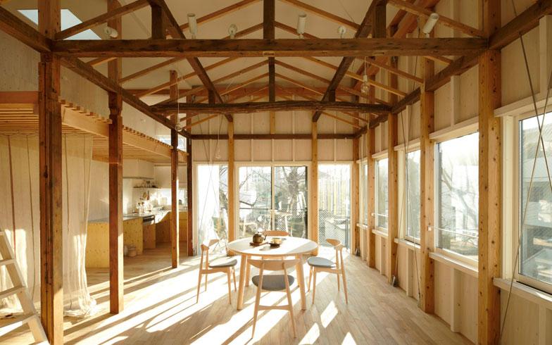 【画像7】2階は元の住宅の屋根の形状を記憶として再現した。最大約3.6mの天井高と西側の連窓、南側の掃き出しの開口部で明るく開放感がある。屋根・外壁に断熱材はしっかりと施工されている(写真:リビタ)