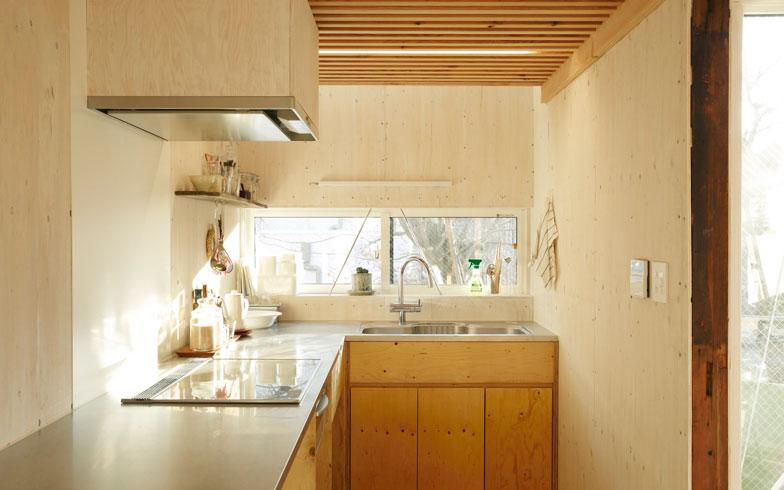 【画像9】南側の明るいキッチン(写真:リビタ)