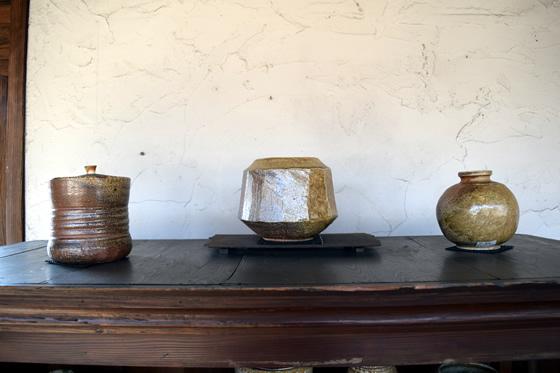 【画像3】素朴な風合いの壺や花瓶は、王道の陶器といった雰囲気で風格十分(写真撮影:末吉陽子)
