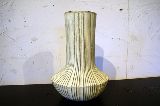 【画像4】かと思えば、こちらはなんとも斬新なデザインの作品。茨城県のデザインセレクションにも選ばれているプリーツワークの花器(写真撮影:末吉陽子)