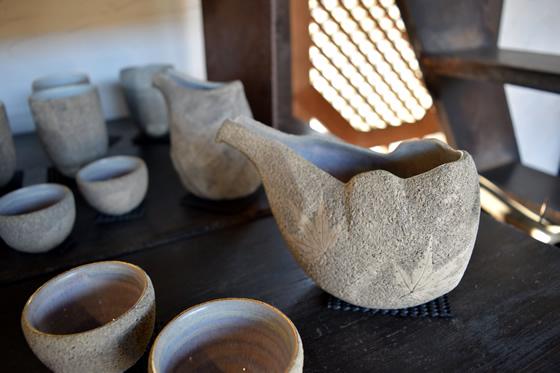 【画像5】一瞬何に使うか迷いそうなこちらの器は、日本酒を入れて片口としても使えるデザインの入れ物。シンプルな色合いながら、フォルムへの飽くなきこだわりがひしひしと伝わってくる(写真撮影:末吉陽子)
