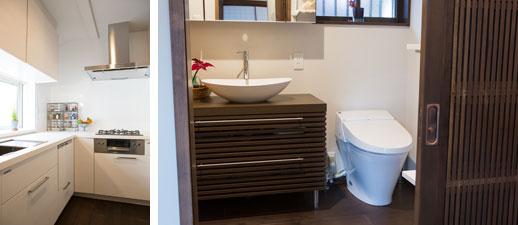 【画像3】左:限られたスペースながら来客時に便利な食器洗浄機も収納も充実したキッチン。使い勝手良く、シンプルで美しく、大満足。右:来客も使うサニタリースペースはホテルライクに。古い建具のドアと洗面台のデザインイメージを合わせるなど見た目にもこだわった(写真撮影/片山貴博)