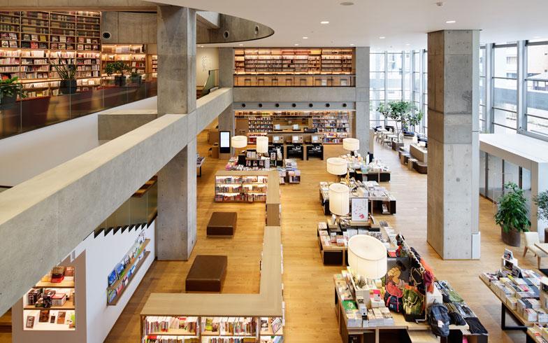 【画像2】民間企業であるカルチュア・コンビニエンス・クラブと図書館流通センターが、海老名市から指定管理業務を請け負う形で運営されている「海老名市中央図書館」(写真撮影:次にくる住みたい街はここだっ!取材班)