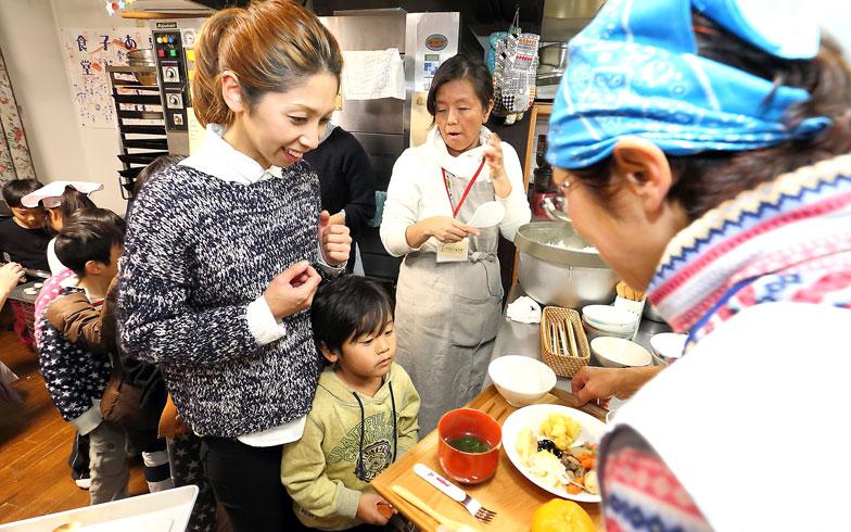 【画像1】親子での参加ももちろんOK。生活クラブ生協から安全安心な食材を調達しているのも、親にとってはうれしい限り。限られた予算でやり繰りしながらも、支援者からのお米や果物の寄付によってなんとか運営できていると山田さん(写真撮影:飯田照明)