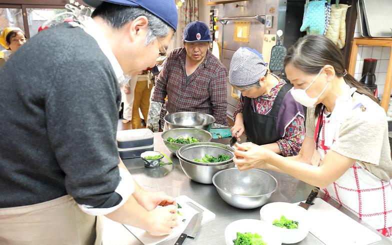 【画像2】料理長以外のスタッフは固定の役割を決めず、ボランティアそれぞれが「できること」「やりたいこと」を手伝うのが