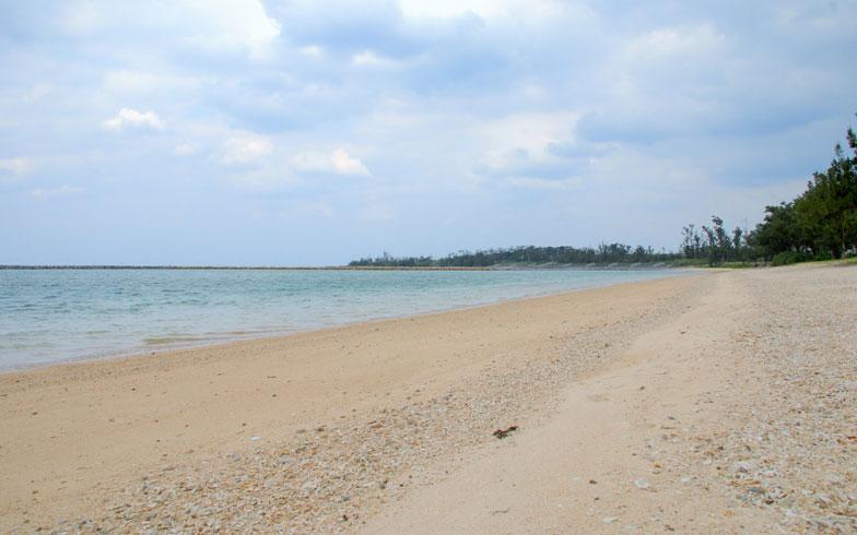 【画像1】伊藤さん家族が住む「伊是名集落」のそばにある伊是名ビーチ。沖縄でも有名なビーチで夏には多くの観光客でにぎわう(写真撮影:伊藤加奈子)