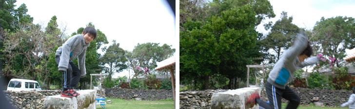 【画像4】庭が広く、隣家とも程よい距離感があり、子どもたちは誰に気兼ねすることもなく遊び回る。次男が乗っている壁は、古くから沖縄の住宅にある「ひんぷん」。道路からの視線をさえぎり魔物が入ってこないという言い伝えがあるもの。子どもにかかれば、どんなものでも遊び場になってしまう(写真撮影:伊藤加奈子)