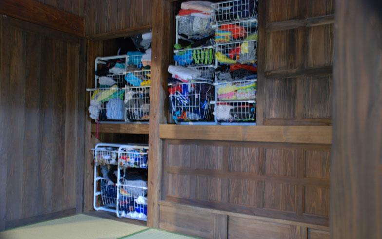 【画像9】子ども5人の洋服は「仏壇」置き場にワイヤーカゴを設置して整理整頓(写真撮影:伊藤加奈子)