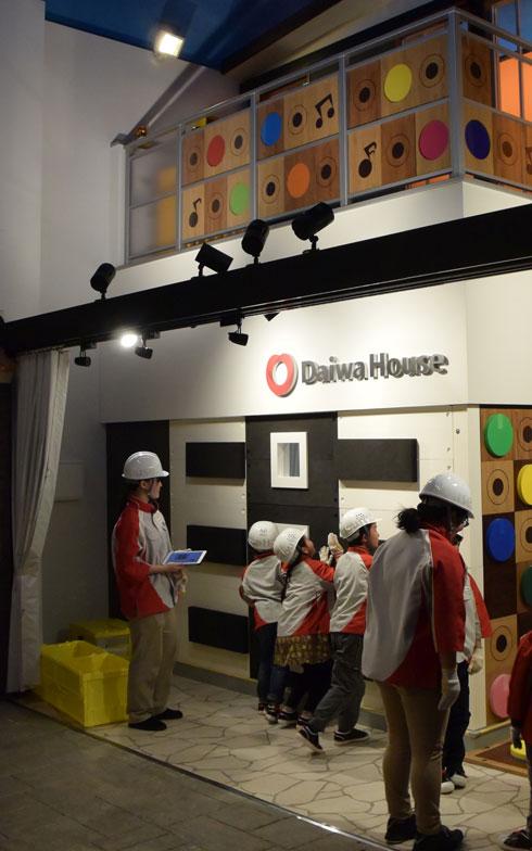 【画像1】住宅建築現場パビリオンは2階建て。1階で「外壁工事」「庭工事」が行われ、2階で「バルコニー工事」が行われる(写真撮影/SUUMOジャーナル編集部)