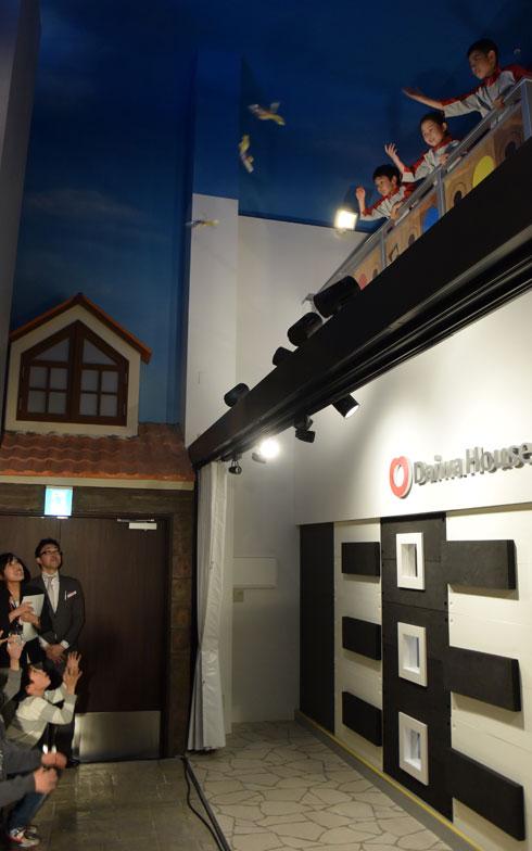 【画像7】セレモニーでは、新築住宅の上棟式の餅まきを模した「お菓子まき」も行われた(写真撮影/SUUMOジャーナル編集部)