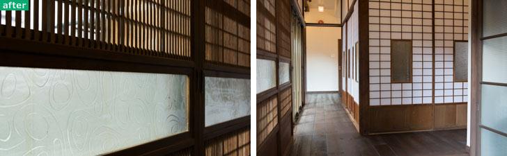 【画像6】左:旧家浴室のレトロなガラスを使って修復された建具。細かな細工が外からの視線を遮りながら柔らかい光を通す。右:さまざまなところから集められ、修復された建具が並ぶ玄関。左手の2枚と正面の障子2枚のガラス部分には、同じレトロ模様のガラスを使い、微妙な色味を調整したことで融合(写真撮影/片山貴博)