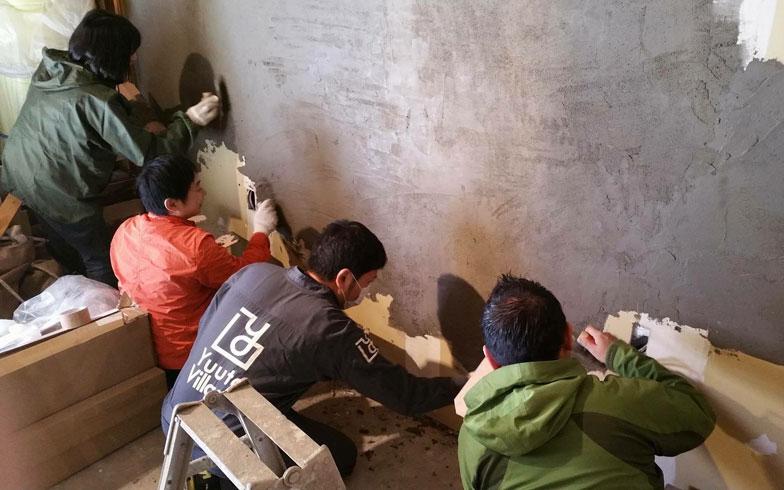 【画像4】のべ60人もの「まちの人」が入れ替わり立ち替わり壁塗りを体験した(画像提供/株式会社シーナタウン)