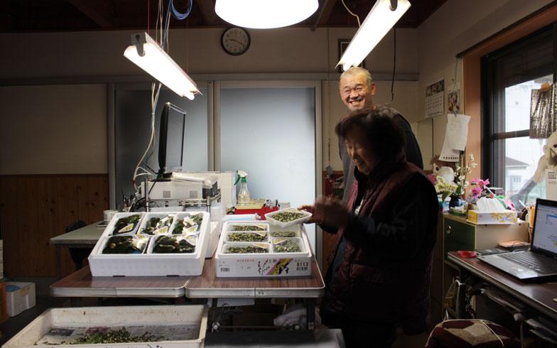【画像1】「彩」農家の西口さん親子。右にあるノートパソコンを使って息子さんが注文を取ります(写真撮影:SUUMOジャーナル編集部)