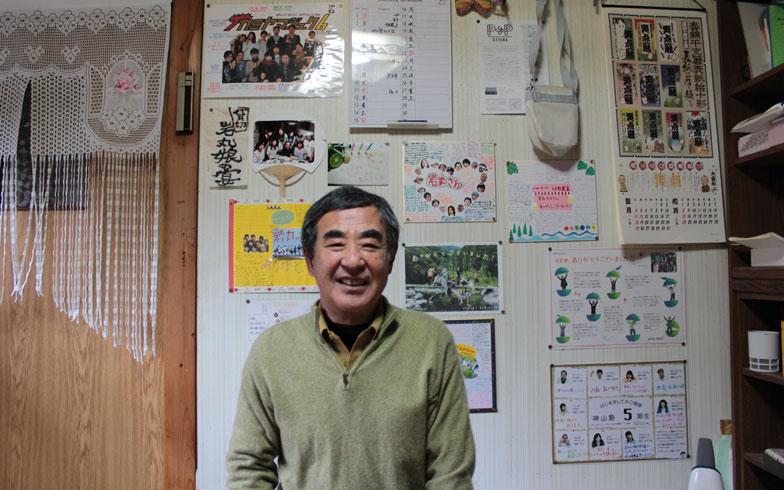【画像5】岩丸さんの自宅の壁は卒業生からのメッセージで埋め尽くされています(写真撮影:SUUMOジャーナル編集部)