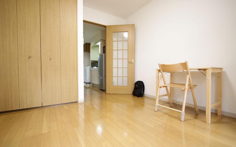 【画像1】部屋にはテレビや座布団すらない。机と椅子はクローゼットにしまえるよう折り畳みタイプを選択。軽くて移動が楽にできるので、気分次第で配置を変えられます(写真:藤本和成)