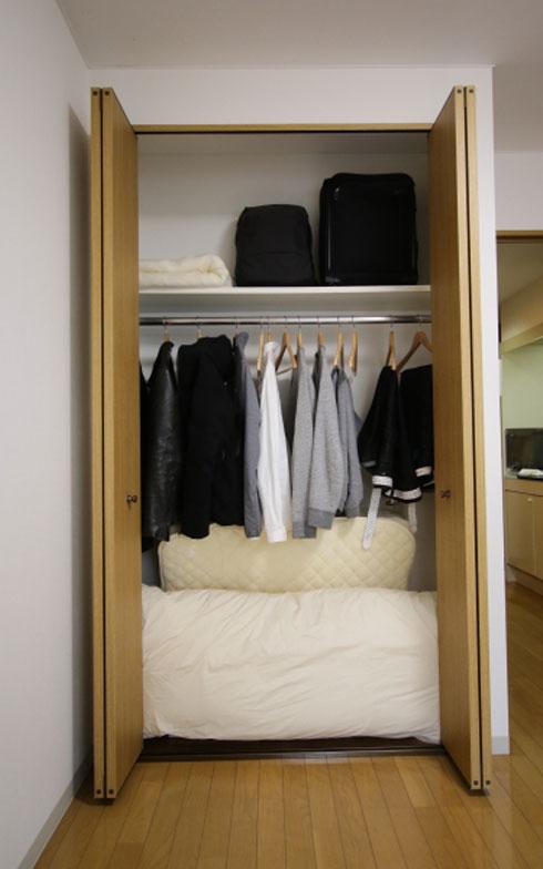【画像3】クローゼット内もゆとりがあります。洋服はハンガーに掛けたシャツ、トレーナー、ジーンズ、ジャケット、スーツと、布団下の引き出しに入っているTシャツや下着類のみで、1年間を通じて同じ服を着回しています。「服選びに悩まなくてすみますよ」(写真:藤本和成)