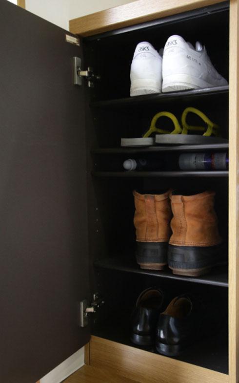 【画像4】靴は下駄箱内の4足とその日履く1足の計5足(写真:藤本和成)