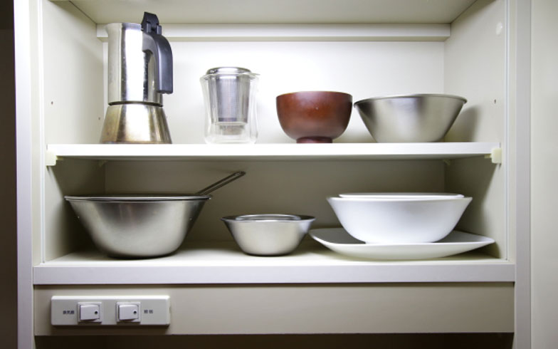 【画像7】食器は棚に入るだけ。柳宗理、iwakiなどシンプルで機能的に使い回せる物をセレクト(写真:藤本和成)