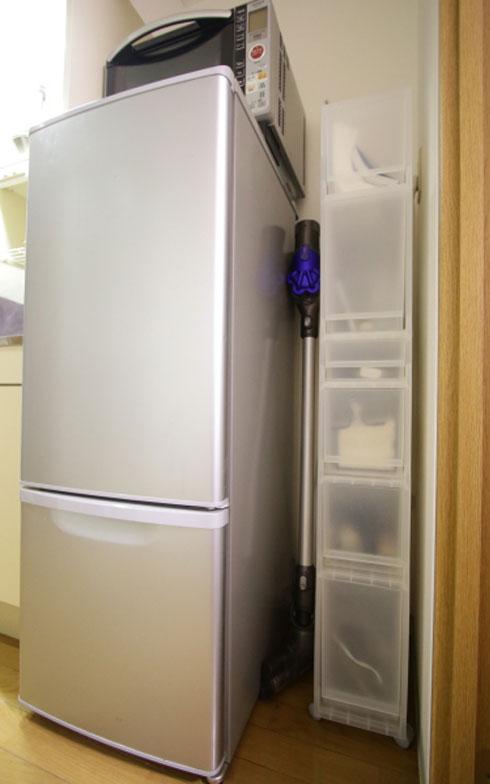 【画像8】掃除機は冷蔵庫横の隙間に置いています。目立たずスッキリ(写真:藤本和成)