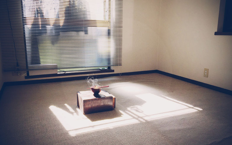 【画像11】さらにテレビ、マットレス、テーブルを処分。収納ボックスをテーブルとして使い、佐々木さん曰く「修行僧の部屋」に(写真:佐々木典士さん)