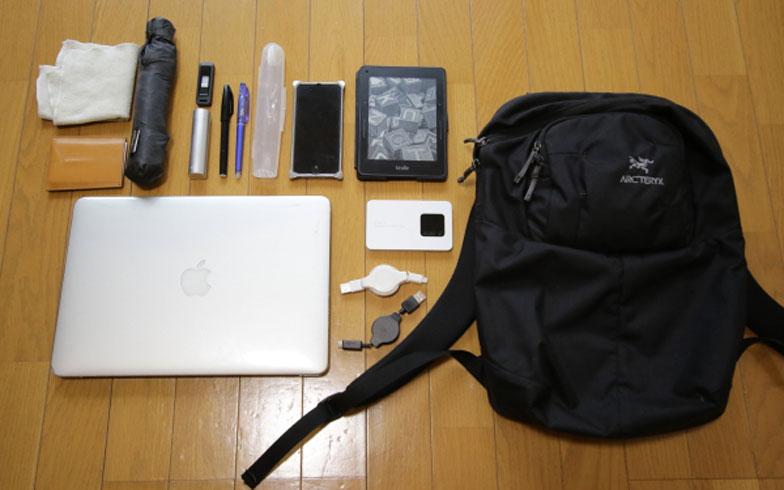 【画像13】鞄の中もいたってシンプル。「ノートパソコンがあれば、どこでも仕事ができます」と佐々木さん(写真:藤本和成)
