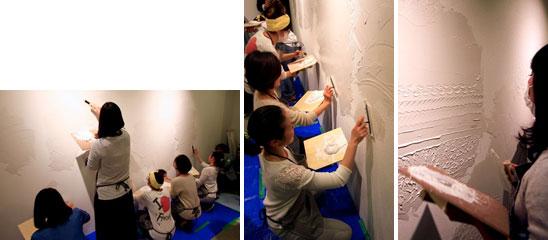 【画像3】こちらは壁面を使っての「漆喰(しっくい)塗り」。素人とは思えない美しい文様を描く女性も。漆喰は初体験とのことだが、普段はパティシエの仕事をしていて生クリームデコレーションは得意とのこと。ケーキづくりと漆喰塗りは通じるモノがあるのだと、新発見!(写真撮影/井村幸治)