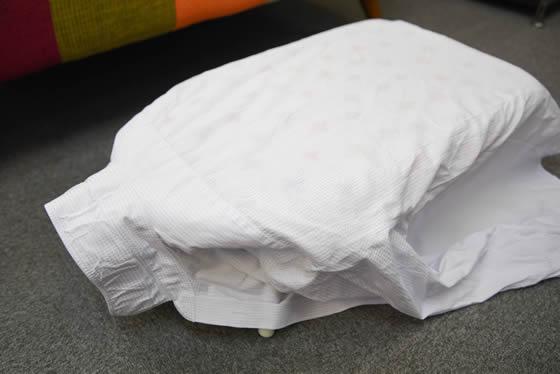 【画像1】Yシャツの場合は、襟元をアイロン台の縁に被せるようにしてしっかりと固定させる(写真撮影:藤原葉子)