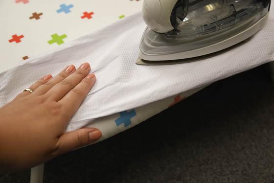 【画像5】布地の大部分はアイロン台に載せて、プレスによってついてしまう線を残したくない箇所はアイロン台から少しだけ落としておくのがコツ(写真撮影:藤原葉子)
