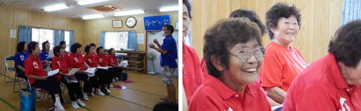 【画像1】KBG84の練習風景。東京公演を前に練習に励むが、ちょっとしたことで笑顔がこぼれ、笑い声が響く。赤のポロシャツは正式メンバー。研修生は青のポロシャツ。座る位置も年の順で決まっている。いくつになっても、年下が年上を敬うのは当たり前と、お茶を出す順番も間違えてはいけない(写真撮影:伊藤加奈子)